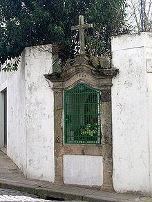 Alminha construido en 1824. Todos los santuarios alminhas siguen este patrón piedra, con algunos cambios de estilo a través de los años.