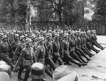"""Sor Faustina """"profetizó"""" que vendría un mundo bendecido por la Divina Misericordia. al poco de este anuncio los soldado Nazis invadieron Polonia."""