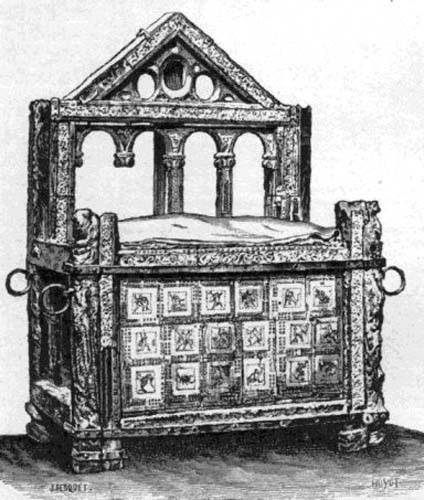 """En la Basílica de San Pedro, al fondo del ábside, se conserva, encerrada en un relicario de bronce dorado, la preciosa silla que servía a San Pedro. Este asiento, (término latino: cathedra) ha dado su nombre a las definiciones """"ex cathedra"""", proclamadas """"desde lo alto de la cátedra"""" por el Vicario de Cristo."""""""